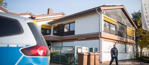 Brandermittler untersuchen am Morgen das Haus in Lampertheim.