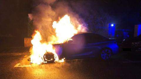 Brennendes Auto bei Nacht