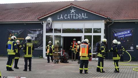 Die Feuerwehr löschte den Brand in einer Lasertaganlage in Helsa