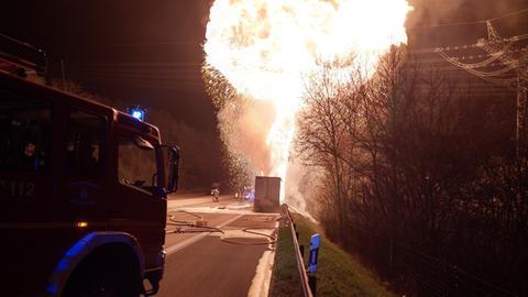 Der Lkw auf der A4 brennt lichterloh.