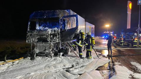 Der Lkw ist mit Löschschaum bedeckt.