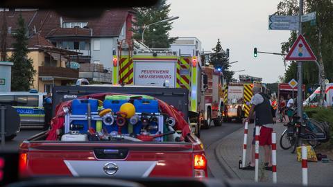 Einsatzfahrzeuge der Feuerwehr stehen in Mörfelden-Walldorf.