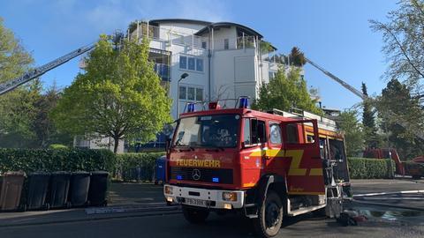 Mit Drehleitern löschte die Feuerwehr den Brand in der Penthouse-Wohnung.
