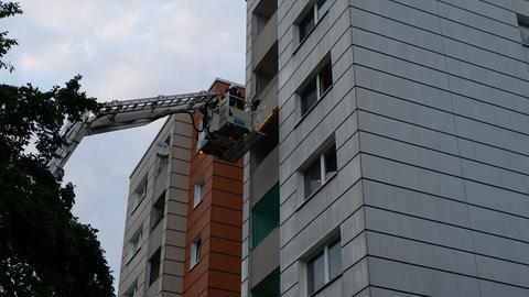 Die Feuerwehr befreit Menschen mit einer Drehleiter.