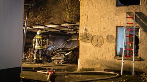 Ein Carport mit einem abgestellten Auto, einem Motorrad und einem Motorroller brannten in Niederwalluf in der Silvesternacht
