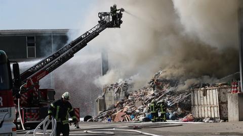 Die Feuerwehr löscht einen Großbrand in einer Recyclingfirma in Darmstadt