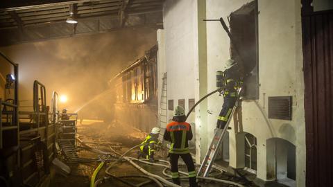 Feuerwehr löscht brennenden Reiterhof