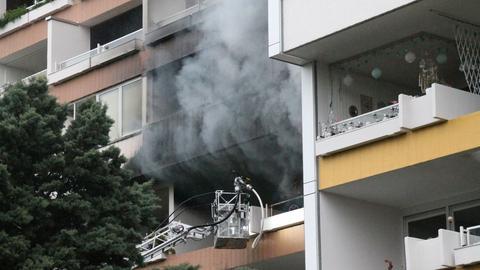 Schwarzer Rauch quillt aus der Wohnung in einem Hochaus