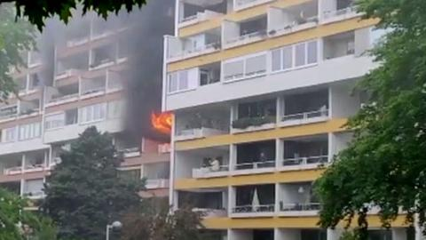 Flammen schlagen aus dem Haus