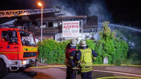Die Feuerwehr löscht das brennende Haus in Rüsselsheim.
