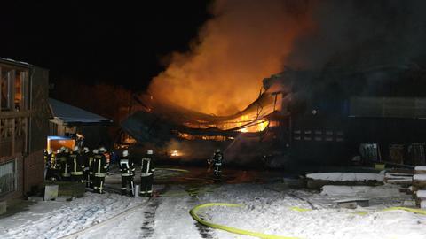 Einsatzkräfte beim Brand eine Sägewerks in Schauenburg-Hoof (Kassel)