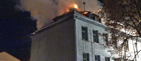 Flammen schlagen aus dem Schulgebäude in Erbach.