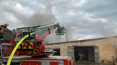 Feuerwehrleute kämpfen gegen den Brand in Trebur.