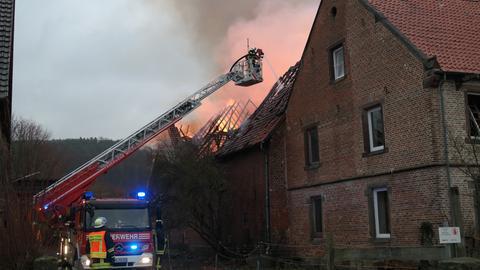 Feuerwehr löscht einen Brand in einer Scheune in Volkmarsen-Ehringen