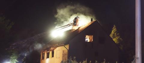 Löscharbeiten an einem Mehrfamilienhaus in Wiesbaden