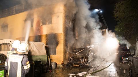 Bei dem Brand in der Werkstatt mit Lager hinter einem Wohnhaus sind am frühen Sonntagmorgen mehrere Gasflaschen explodiert.
