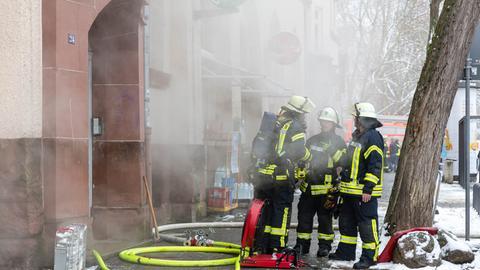 Rauch dringt aus dem Wohnhaus in Wiesbaden.