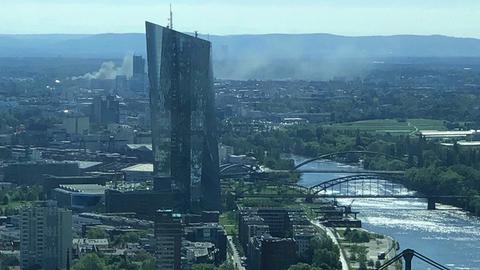 Rauchwolken über Offenbach - gesehen aus einem Frankfurter Hochhaus