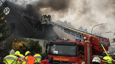 Bei einem Brand in Niddatal-Ilbenstadt ist ein Mensch gestorben.