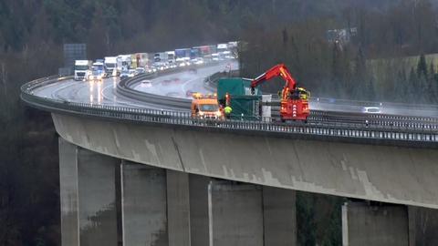 Auf der Twiste-Talbrücke blockierte ein umgekippter Lkw den Verkehr.