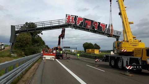 Mit zwei Kränen wird die Schilderbrücke abgebaut.