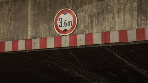 Verkehrsschild zu Höhenbegrenzung an Brücke