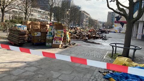 Haufen angebrannter Bücher auf Straße