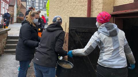 Freiwillige Helfer unterstützten Bewohner und Ladenbesitzer in Büdingen.