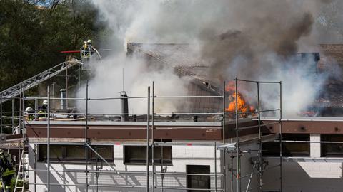 Brennender Dachstuhl, Feuerwehrleute auf Drehleitter