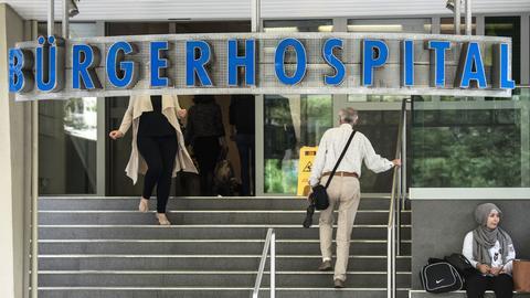 Der Eingang des Bürgerhospitals in Frankfurt.