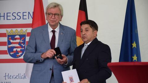 Ministerpräsident Bouffier mit Niculescu Păun, dem Vater des getöteten Vilo Viorel.