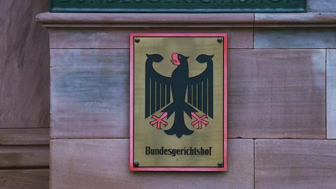 Ein Hinweisschild mit Bundesadler und Schriftzug Bundesgerichtshof in Karlsruhe.