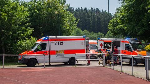 Rettungskräfte versorgen kollabierte Schüler