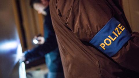 Polizisten bei Wohnungsdurchsuchung