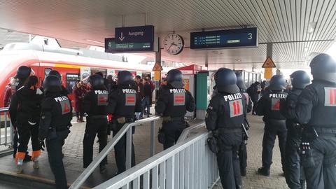 Einsatzkräfte der Bundespolizei am Bahnhof Kelsterbach