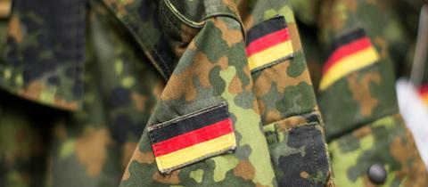 Bundeswehr-Uniformen mit aufgenähter Deutschland-Flagge.