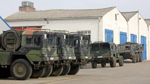 Bundeswehr-Fahrzeuge auf einem Truppenplatz