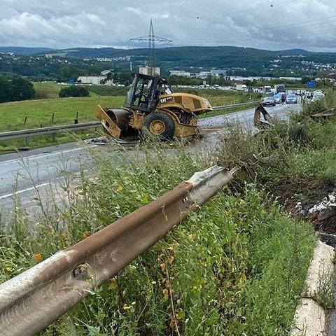 Ein umgestürzter Bundeswehr-Tieflader und die geladene Baumaschine blockieren die A4.