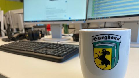 Eine Kaffeetasse mit dem Wappen des Dorfs Burhaun