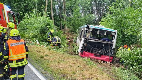 Verunglückter Bus steht bei bei Biebertal im Graben