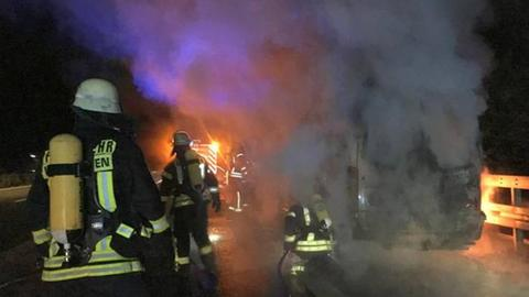 Die Feuerwehr am qualmenden Bus