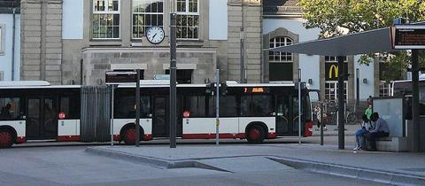 Ein Linienbus vor dem Bahnhof Marburg