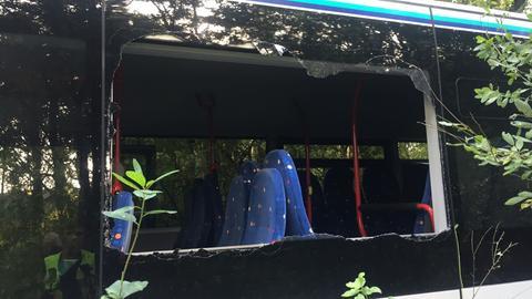 Eine zerschlagene Scheibe des Busses