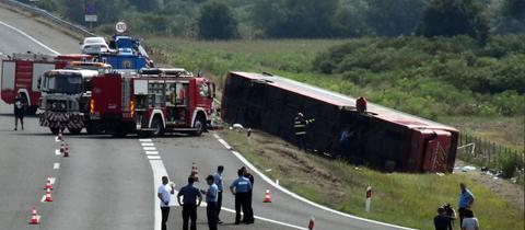 Umgekippter Reisebus an Unfallstelle in Kroatien