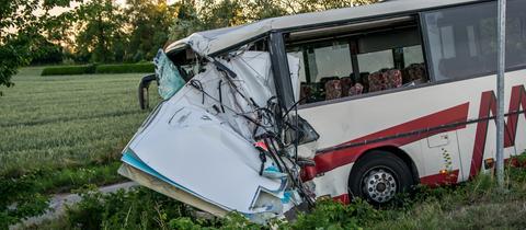 Der Reisebus landete nach dem Zusammenstoß mit einem Rettungswagen nahe Lübeck im Straßengraben.