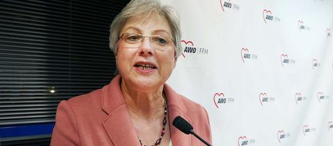 Foto von Petra Rossbrey, wie sie einen Vortrag hält.