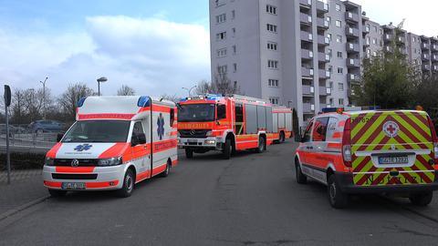 Feuerwehr und Rettungswagen vor dem Einsatzort in Rüsselsheim
