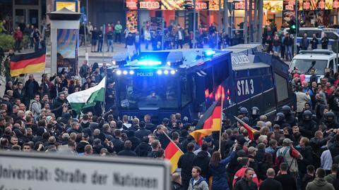 Wasserwerfer bringen sich bei der Demonstration von AfD und dem ausländerfeindlichen Bündnis Pegida in Stellung.