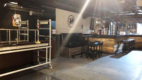 """Das Interieur des """"Club 22"""" - die Tanzfläche und die Bar. Daneben steht ein Baugerüst."""