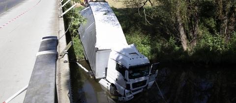 Ein Lkw landete bei Cölbe in der Lahn